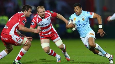 GLOUCESTER, ENGLAND - OCTOBER 12:  Lifeimi Mafi (R) of Perpignan runs at Matt Kvesic (C) and Elliott Stooke (L) of Gloucester during the Heineken Cup Pool six match between Gloucester and USA Perpignan at Kingsholm Stadium on October 12, 2013 in Gloucester, England.  (Photo by Michael Steele/Getty Images)